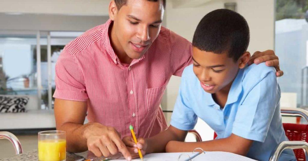 como os pais ajudam os filhos na escola