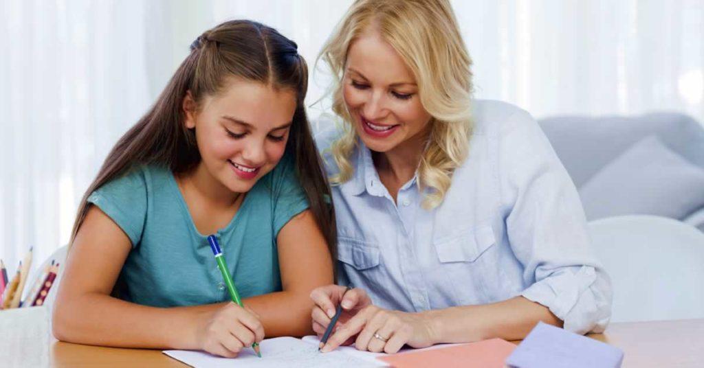 mae-ensinando-filhos